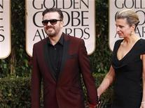 """<p>El comediante británico Ricky Gervais junto a su pareja Jane Fallon en la alfombra roja de los premios Globos de Oro en Beverly Hills, ene 15 2012. La película francesa """"The Artist"""" y el drama familiar """"The Descendants"""", recogieron el domingo los principales honores fílmicos en los premios Globos de Oro en un programa conducido por el cómico británico Ricky Gervais. REUTERS/Mario Anzuoni</p>"""