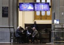<p>A la Bourse de Madrid. L'Espagne a testé avec succès mardi l'intérêt des marchés pour sa dette de court terme en émettant 4,8 milliards d'euros de bons à 12 et 18 mois, quelques jours après l'abaissement de sa note de crédit par Standard & Poor's, et a vu les rendements baisser par rapport aux émissions comparables en décembre. /Photo prise le 16 janvier 2012/REUTERS/Andrea Comas</p>