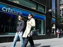 <p>Le bénéfice de Citigroup a diminué de 11% au quatrième trimestre à 1,16 milliard de dollars, contre 1,31 milliard l'année précédente, et manqué le consensus, la crise de la dette de la zone euro ayant eu un fort impact sur l'activité de marché. /Photo d'archives/REUTERS/Brendan McDermid</p>