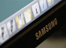 <p>Imagen de archivo del logo de la firma Samsung Electronics impreso sobre un televisor de la serie Smart TV en Seúl, oct 29 2010. El grupo Samsung, que incluye a Samsung Electronics, dijo el martes que va a elevar su inversión en el 2012 a un récord de 41.400 millones de dólares, lo que destacó la amplia brecha entre el gigante surcoreano y sus competidores. REUTERS/Lee Jae-Won</p>