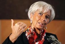 <p>La président du Fonds monétaire international, Christine Lagarde, estime qu'une combinaison du Fonds européen de stabilité financière (FESF) et du mécanisme européen de stabilité (MES), destiné à lui succéder, pourrait contribuer au rétablissement de la confiance dans la zone euro. /Photo d'archives/REUTERS/Akintunde Akinleye</p>