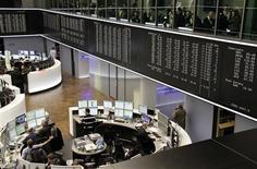 <p>A la Bourse de Francfort. Les Bourses européennes accroissent leurs gains jeudi en fin de matinée, sur fond d'espoir de compromis entre la Grèce et ses créanciers privés. A Paris, l'indice CAC 40 gagne 1,09% à 3.348,62 points, tandis que Franfort prend 1,45%, Milan 1,69% et 'EuroStoxx 50 1,31%. /Photo prise le 26 janvier 2012/REUTERS/Remote/Pawel Kopczynski</p>