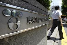 <p>A man walks out from Tokyo Electric Power Co. (TEPCO) headquarters in Tokyo June 28, 2011. REUTERS/Toru Hanai</p>