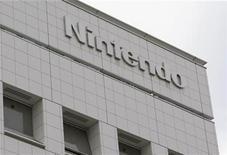 <p>Imagen de archivo del logo de Nintendo en su casa matriz de Kyoto, Japón, dic 8 2008. Nintendo anunció el jueves una caída del 61 por ciento de su ganancia operativa trimestral y pronosticó una pérdida por operaciones de 45.000 millones de yenes (unos 575 millones de dólares) para todo el año fiscal que termina el 31 de marzo. REUTERS/Issei Kato</p>