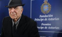 <p>Imagen de archivo del cantautor canadiense Leonard Cohen durante una conferencia de prensa en Oviedo, España, oct 19 2011. Sentado en un bar poco iluminado de Nueva York, con sombrero y traje negro pero sin corbata, el cantautor Leonard Cohen hace una pausa antes de responder a una pregunta sobre cómo han cambiado sus ideas a lo largo de su larga carrera. REUTERS/Eloy Alonso</p>
