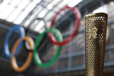 <p>A prototype of the London 2012 Olympic Torch is seen at St Pancras station in London June 8, 2011. REUTERS/Stefan Wermuth</p>