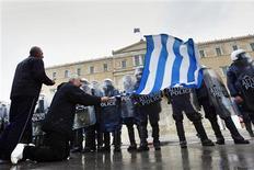<p>Manifestation contre l'austérité devant le parlement grec à Athènes au moment où le gouvernement met la dernière main à un document qui présente les réformes exigées par ses bailleurs de fonds en échange du versement du deuxième plan d'aide de 130 milliards d'euros. /Photo prise le 7 février 2012/REUTERS/Yannis Behrakis</p>