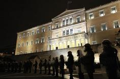 <p>Riot police stand guard in front of the parliament during a protest against austerity measures in Athens February 9, 2012. REUTERS/John Kolesidis</p>