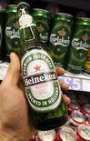 <p>Heineken, troisième brasseur mondial, a fait état mercredi d'un bénéfice net supérieur au consensus pour 2011 et annoncé le lancement d'un plan de réductions des coûts de 500 millions d'euros. Il compte sur la croissance de chiffre d'affaires sur les marchés émergents pour compenser la hausse des prix de l'orge. /Photo d'archives/REUTERS/Toby Melville</p>