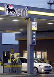 <p>L'italien Eni, septième pétrolier mondial coté, a fait état mercredi d'une baisse de 9,5% de son bénéfice net ajusté au quatrième trimestre, à 1,54 milliard d'euros, en raison des mauvaises performances dans le gaz et le raffinage. /Photo prise le 29 décembre 2011/REUTERS/Giampiero Sposito</p>