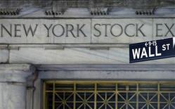 <p>Wall Street a débuté sur note hésitante, tiraillée entre, d'un côté, l'impact positif d'un indicateur manufacturier américain à son plus haut niveau depuis un an et demi et l'engagement de la Chine à acheter de la dette en zone euro, de l'autre, une production industrielle décevante. Dans les premiers échanges, l'indice Dow Jones perd 0,21%, le Standard & Poor's prend 0,06% tandis que le composite du Nasdaq avance de 0,33%. /Photo d'archives/REUTERS/Brendan Mcdermid</p>