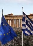 <p>Des responsables de la zone euro étudient comment retarder certaines parties voire l'intégralité du deuxième plan d'aide à la Grèce, si possible jusqu'à après les élections prévues pour avril, selon des sources européennes. Alors que le nouveau paquet d'aide de 130 milliards d'euros est désormais pratiquement prêt, les ministres des Finances de la zone euro ne sont toujours pas satisfaits des engagements pris par les dirigeants politiques grecs pour appliquer l'accord. /Photo d'archives/REUTERS/Yannis Behrakis</p>