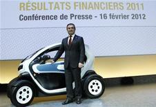 <p>Le patron de Renault, Carlos Ghosn, lors de la présentation des résultats annuel du groupe. Le titre prenait encore 3,1% vendredi à 13h à la Bourse de Paris, après un gain de 4,5% jeudi à la suite de la publication de ses résultats. L'automobile figure vendredi parmi les secteurs qui mènent la hausse en Europe. /Photo prise le 16 février 2012/REUTERS/Jacky Naegelen</p>