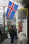<p>Dans une rue de Reykjavik. L'agence Fitch a relevé la note de crédit islandaise, désormais notée BBB- (contre BB+ auparavant), avec une perspective stable, disant percevoir des progrès dans le rétablissement de la stabilité macroéconomique du pays. /Photo d'archives/REUTERS/Bob Strong</p>