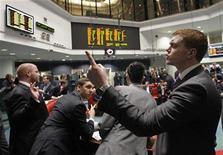 <p>Au London Metal Exchange, mardi. Selon des sources proches du dossier, Nyse Euronext a soumis une offre pour le London Metal Exchange (LME) tandis que son homologue allemand Deutsche Börse n'en a rien fait. /Photo prise le 14 février 2012/REUTERS/Luke MacGregor</p>