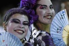 <p>Unas personas durante las celebraciones del Carnval en Salvador, Brasil, feb 17 2012. Las dos mayores capitales del carnaval en Brasil se preparaban para las celebraciones anuales el viernes, restaurando un ambiente festivo que las huelgas policiales de las últimas semanas habían amenazado con arruinar por temor a la violencia y los crímenes. REUTERS/Ueslei Marcelino</p>