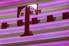 <p>El logo de Deutsche Telekom impreso en Bonn, feb 23 2012. Deutsche Telekom espera para este año una baja de su ganancia estructural, después de verse forzada a asumir pérdidas por sus agobiadas unidades en Grecia y Estados Unidos, lo que significó números en rojos en el cuarto trimestre. REUTERS/Ina Fassbender</p>