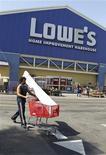 <p>Lowe, deuxième chaîne de magasins de bricolage aux Etats-Unis, a fait état d'une hausse plus marquée que prévu de ses résultats du quatrième trimestre 2011-2012, tout en annonçant pour l'exercice qui vient de commencer anticiper un bénéfice par action compris entre 1,75 et 1,85 dollar. /Photo d'archives/REUTERS/Fred Prouser</p>