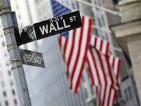 <p>Wall Street a ouvert en recul lundi, reprenant son souffle après le plus haut de quatre ans touché la semaine dernière par l'indice S&P-500, alors que le G20 a renvoyé dimanche la balle dans le camp de la zone euro face à la crise de la dette. Dans les premiers échanges, le Dow Jones cède 0,64%, le Standard & Poor's perd 0,7% et le Nasdaq abandonne 0,75%. /Photo d'archives/REUTERS/Brendan McDermid (</p>