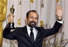 """<p>El director iraní Asghar Farhadi posa junto a su galardón a la Mejor Cinta en Idioma Extranjero por su cinta """"A Separation"""", en la ceremonia de entrega de los Premios Oscar en Hollywood, feb 26 2012. """"A Separation"""" ganó el domingo el Oscar a mejor película en lengua extranjera, convirtiéndose en la primera realización iraní en alzarse con este honor. REUTERS/Mike Blake</p>"""