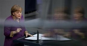 <p>La chancelière allemande Angela Merkel, lors du débat précédant le vote au Bundestag sur le deuxième plan d'aide en faveur de la Grèce. Ce plan de 130 milliards d'euros a été adopté lundi par les élus allemands en dépit des doutes sur la détermination d'Athènes à appliquer les mesures d'austérité jugées nécessaires au redressement des comptes publics et au maintien dans la zone euro. /Photo prise le 27 février 2012/REUTERS/Thomas Peter</p>