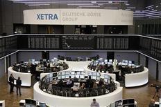 <p>La salle des marchés de la Bourse de Francfort. Les Bourses européennes ont terminé en baisse lundi, victimes de prises de bénéfices, dans la crainte d'une montée en puissance du ras-le-bol de la classe politique allemande vis-à-vis de la Grèce, même si le deuxième plan d'aide européen à Athènes a été approuvé par le Bundestag. L'indice CAC 40 a reculé de 0,74% à 3.441,45 points et Francfort a cédé 0,22%. /Photo prise le 27 février 2012/REUTERS/Remote/Kirill Iordansky</p>