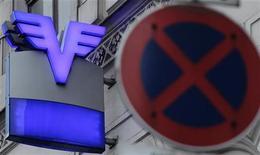 <p>La banque autrichienne Volksbanken sera partiellement nationalisée et ses actionnaires minoritaires pourraient perdre jusqu'à 70% de la valeur de leur participation. /Photo prise le 16 décembre 2011/REUTERS/Heinz-Peter Bader</p>