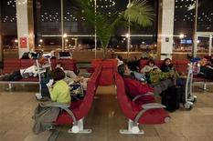 <p>Les aéroports français ont accueilli en 2011 un record de 163,6 millions de passagers, renouant avec la croissance à la faveur de l'essor des compagnies à bas coûts après deux années marquées par la crise financière et des perturbations du trafic. /Photo d'archives/REUTERS/Gonzalo Fuentes</p>