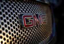 <p>General Motors a annoncé lundi qu'il versera 320 millions d'euros pour prendre 7% du constructeur français PSA Peugeot Citroën. /Photo prise le 4 janvier 2012/REUTERS/Mike Blake</p>