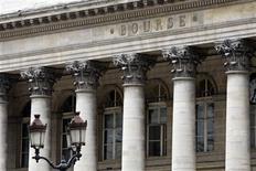 <p>Le CAC 40 était en net recul (-1,53% à 3.434,29 points) vers 12h00 à la Bourse de Paris, sur fond de craintes sérieuses concernant la croissance mondiale et de rumeurs, démenties par Athènes, de report de la date limite d'échange de dette grecque avec les investisseurs privés. /Photo d'archives/REUTERS/Charles Platiau</p>