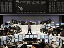 <p>La salle des marchés de la Bourse de Francfort, qui reculait de 1,43% vers 12h30. Les Bourses européennes creusent leurs pertes mardi à mi-séance, et Wall Street devrait également ouvrir en repli, les craintes d'un ralentissement économique en Chine et en Europe poussant les investisseurs à réduire leur exposition au risque. /Photo prise le 2 mars 2012/REUTERS/Remote/Sonya Schoenberger</p>