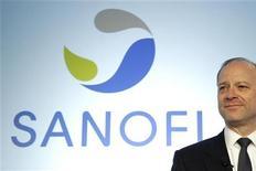 <p>Sanofi, dont le directeur général Chris Viehbacher a annoncé que le groupe continuerait ses acquisitions dans les marchés émergents et ne serait probablement pas candidat à la reprise de l'activité santé animale de Pfizer, gagne 1,1% mercredi à la mi-séance à la Bourse de Paris. /Photo prise le 8 février 2012/REUTERS/Benoît Tessier</p>