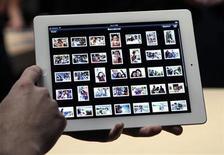 <p>Un grupo de invitados prueba la nueva iPad durante una presentación en San Francisco, EEUU, mar 7 2012. Apple Inc presentó el miércoles un nuevo iPad más rápido equipado con tecnología 4G, la tercera versión de su popular tableta con la que espera conservar el liderazgo de un mercado que le intentan disputar Amazon y Samsung entre otros. REUTERS/Robert Galbraith</p>