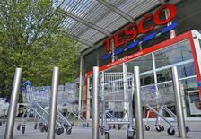<p>Le distributeur britannique Tesco a annoncé jeudi la démission de son conseil d'administration avec effet immédiat de son responsable au Royaume-Uni, Richard Brasher, qui quittera le groupe en juillet. /Photo d'archives/REUTERS/Toby Melville</p>