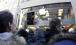 <p>Devant l'Apple store de Munich, vendredi. Le titre Apple est attendu à la Bourse de New York à l'occasion du lancement ce vendredi du nouvel iPad, qui devrait être un succès à en juger par les files d'attente devant les magasins à travers le monde. /Photo prise le 16 mars 2012/REUTERS/Michaela Rehle</p>