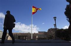<p>La dette publique espagnole a atteint 68,5% du produit intérieur brut (PIB) en 2011 contre 61,2% un an plus tôt, un bond qui ravive les inquiétudes sur les capacités du pays d'atteindre ses objectifs en termes de déficits si la récession se révèle plus sévère qu'attendu. /Photo prise le 15 février 2012/REUTERS/Paul Hanna</p>