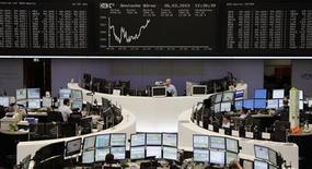 <p>Les Bourses européennes sont en légère hausse à la mi-séance. A Francfort, le Dax prend 0,63% tandis que le FTSE londonien gagne 0,45%. La Bourse de Paris est quasiment inchangée (+0,05%) à 3.477,94 points, tandis que l'indice Eurostoxx 50 avance de 0,13%. /Photo prise le 26 mars 2012/REUTERS/Remote/Amanda Andersen</p>