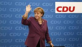 <p>Lors d'une réunion de la CDU, le parti chrétien-démocrate dont elle est issue, la chancelière allemande Angela Merkel a laissé entendre pour la première fois lundi que Berlin était prêt à accepter un accroissement des ressources allouées aux fonds de secours de la zone euro, ouvrant la voie au renforcement du pare-feu financier de la région contre la crise de la dette. /Photo prise le 26 mars 2012/REUTERS/Fabrizio Bensch</p>