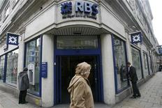 """<p>Le Royaume-Uni est en """"négociations avancées"""" pour vendre jusqu'à un tiers de ses parts dans la Royal Bank of Scotland (RBS) à des investisseurs d'Abu Dhabi, selon la BBC. Londres possède 82% de RBS depuis que le gouvernement a renfloué la banque en 2008 et une cession partielle pourrait concerner entre 10% et un tiers de ses parts, a ajouté la radio anglaise. /Photo d'archives/REUTERS/Andrew Winning</p>"""