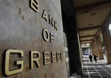<p>Devant la Banque de Grèce, à Athènes. La Grèce a repoussé une nouvelle fois jeudi la date limite fixée pour l'échange de dettes qu'elle a émises, donnant aux investisseurs concernés jusqu'au 20 avril pour prendre une décision. /Photo d'archives/REUTERS/John Kolesidis</p>