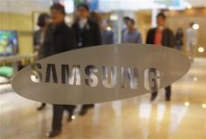 <p>Samsung Electronics a enregistré un bénéfice record au premier trimestre, porté par ses ventes de smartphones et par le succès du Galaxy Note, un appareil hybride entre le smartphone et la tablette. Selon ses résultats trimestriels préliminaires, le groupe sud-coréen a enregistré sur la période janvier-mars un bénéfice d'exploitation de 5.800 milliards de wons (3,92 milliards d'euros), quasiment doublé en rythme annuel et supérieur au consensus des analystes. /Photo prise le 6 avril 2012/REUTERS/Kim Hong-Ji</p>