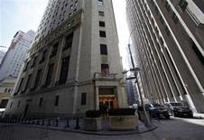 <p>Après avoir enduré leurs deux plus mauvaises semaines de l'année, les marchés d'actions américains devraient tenter de revenir aux fondamentaux et appuyer leur tendance sur les résultats qui seront publiés en rafale à partir de lundi. /Photo prise le 15 avril 2012/REUTERS/Eric Thayer</p>