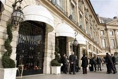 <p>Bouygues Construction a remporté l'appel d'offres pour la rénovation du Ritz, comprenant une revue complète de la décoration du palace parisien et la création d'un restaurant d'été sous verrière mobile. L'hôtel cinq étoiles de la place Vendôme fermera ses portes cet été pour rouvrir en 2014. /Photo d'archives/REUTERS/Benoît Tessier</p>