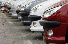 <p>Les commandes de voitures neuves en France ont vu leur baisse ralentir en mars, l'engouement des particuliers pour les journées Portes ouvertes du mois dernier ayant compensé une baisse de la demande des loueurs et des entreprises. Selon la publication spécialisée La Lettre VN Auto K7, le recul, calculé d'une année sur l'autre, s'est atténué par rapport à février, à -1% contre -7%. /Photo d'archives/REUTERS/Eric Gaillard</p>