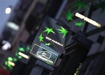 <p>A 12h26 à la Bourse de Paris, le titre BNP PARIBAS abandonnait 3,55%, plus forte baisse du CAC 40, les valeurs bancaires pâtissant des craintes persistantes du marché sur la situation financière des pays périphériques de la zone euro. L'indice phare de la Bourse de Paris est repassé au-dessus des 3.200 points (+1,05% à 3.222,70 points à 12h26). /Photo d'archives/REUTERS/Mal Langsdon</p>