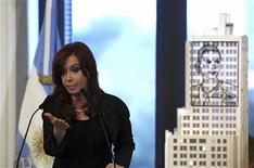 <p>La présidente argentine Cristina Fernandez compte demander au Congrès l'expropriation de 51% du capital du groupe d'énergie YPF, filiale du pétrolier espagnol Repsol, s'attirant immédiatement les mises en garde d'importants partenaires commerciaux. /Photo prise le 16 avril 2012/REUTERS</p>