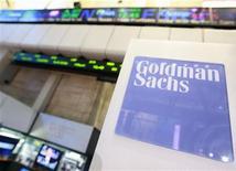 <p>Goldman Sachs Group a publié un bénéfice en baisse au premier trimestre, mais meilleur que prévu par beaucoup d'analystes. Et ce, notamment, grâce à d'énergiques réductions de coûts. /Photo prise le 16 avril 2012/REUTERS/Brendan McDermid</p>
