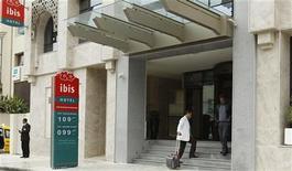 <p>Le groupe Accor -qui possède notamment les enseignes Ibis, Novotel et Sofitel- se montre confiant pour le deuxième trimestre, après avoir enregistré une croissance de 4,5% de son chiffre d'affaires à données comparables au premier trimestre à 1.371 millions d'euros, proche des attentes des analystes. /Photo prise le 3 avril 2012/REUTERS/Zoubeir Souissi</p>