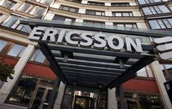 <p>Ericsson a dégagé au premier trimestre un bénéfice supérieur aux attentes, soutenu par plusieurs grands projets de réseaux offrant des marges élevées. L'Ebitda du numéro un mondial des équipements de réseaux, qui exclut les résultats déficitaires des coentreprises d'Ericsson mais qui comprend les charges de restructuration, est ressorti à 2,8 milliards de couronnes suédoises (315 millions d'euros) alors que les analystes prévoyaient en moyenne 2,5 milliards. /Photo d'archives/REUTERS/Bob Strong</p>