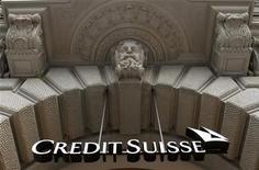 <p>Credit Suisse est parvenu contre toute attente à renouer avec les profits au premier trimestre, en dépit d'une charge de 1,5 milliard de francs sur sa propre dette et grâce à des économies de coûts plus importantes que prévu. Le numéro deux de la banque en Suisse a livré un bénéfice net trimestriel de 44 millions de francs (36,6 millions d'euros), contre une perte de 637 millions au quatrième trimestre 2011 et alors que les analystes interrogés par Reuters attendaient en moyenne une perte de 436 millions. /Photo prise le 9 février 2012/REUTERS/Arnd Wiegmann</p>